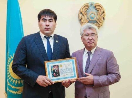 Победитель «Казахстан Барысы» получил нагрудный знак от Назарбаева